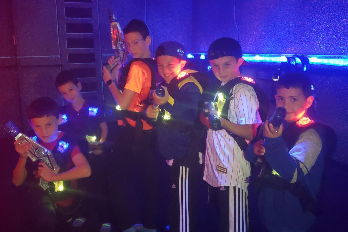 laser-tag-party-group